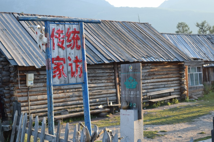 The Tuwa/Tuva people do not live in yurts as the Mongolians (圖瓦人不住蒙古包) but in wooden cabins such as these...