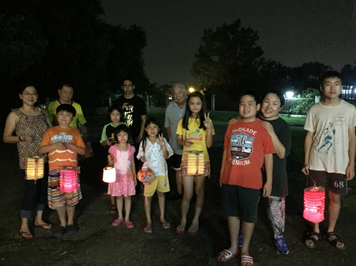 it's been many years since I last held a lantern and I thoroughly enjoyed our lantern walk from the kids' house to their cousins' a few hundred metres down the road